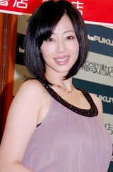 2010年カレンダーの発売記念イベントで、TEAM NACS・戸次重幸との交際順調をうかがわせた井上和香(C)ORICON DD inc.