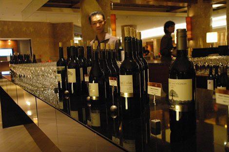 ヒルトン東京で開催される『ASDA Extra Special ワインフェア』に並ぶ、西友のPBワイン