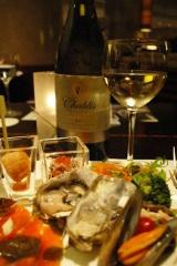 フランス産ワイン『アズダ エクストラスペシャル シャブリ』(750ml・1480円)とオイスター、サーモンなど数々の料理が並ぶヒルトン東京のブッフェメニュー