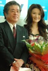 大河ドラマ『龍馬伝』PRのために作製されたラッピングジェットがお披露目、セレモニーに参加した(左から)松平定知氏と島崎和歌子 (C)ORICON DD inc.