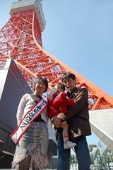 東京タワー来塔者1億6000万人目となった吉政さん一家