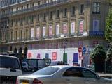 オープンまでロゴを打ち出した「パリ・オペラ店」の外観