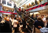多数の客が押し寄せた「パリ・オペラ店」の様子