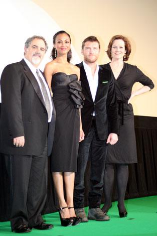 映画『アバター』第22回東京国際映画祭公式上映の模様 左から、ジョン・ランドー(プロデューサー)、ゾーイ・サルダナ、サム・ワーシントン、シガニー・ウィーバー