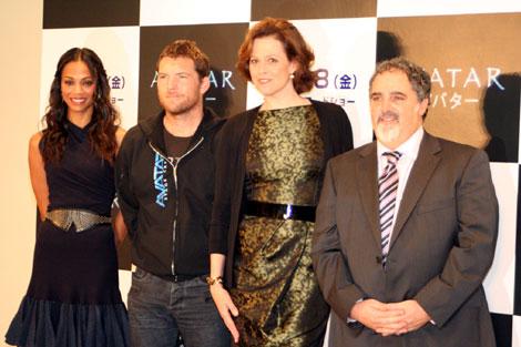 来日会見に臨んだ映画『アバター』のキャスト(左からゾーイ・サルダナ、サム・ワーシントン、シガニー・ウィーバー)とプロデューサーのジョン・ランドー氏