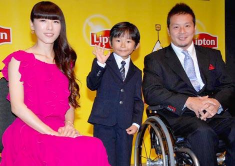 『リプトン ひらめきIST AWARD 2009』表彰式に出席した、(左から)矢沢心、加藤清史郎、京谷和幸氏 (C)ORICON DD inc.