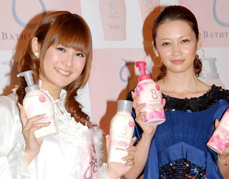 ライオン『BATHTOLOGY』シリーズ製品発表イベントに出席した辺見えみり(右)と椿姫彩菜 (C)ORICON DD inc.