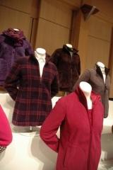 発表会会場に並んだ女性用フリース商品