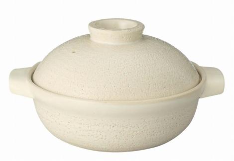 無印良品の『パーツを足して蒸し料理も作れる信楽焼土鍋 白釉』3200円〜