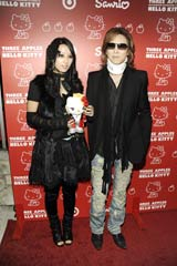 """yoshikitty""に「癒される」というYOSHIKI(右)と、YOSHIKIが新たにプロデュースしている新バンドのメンバー(左)"