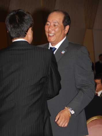 巨人・原監督(左)と談笑する埼玉西武・渡辺監督(C)ORICON DD inc.