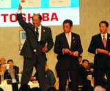 当たりくじを引いて手をあげる埼玉西武・渡辺監督(左)(C)ORICON DD inc.