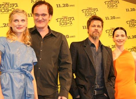 映画『イングロリアス・バスターズ』来日会見に出席した、(左から)メラニー・ロラン、クエンティン・タランティーノ監督、ブラッド・ピット、ジュリー・ドレフュス (C)ORICON DD inc.