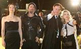 映画『イングロリアス・バスターズ』ジャパンプレミアのイエローカーペットに登場した(左から)ジュリー・ドレフュス、ブラッド・ピット、タランティーノ監督、メラニー・ロラン