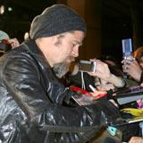 映画『イングロリアス・バスターズ』ジャパンプレミアのイエローカーペットでファンたちのサインに応じるブラッド・ピット