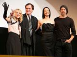 映画『イングロリアス・バスターズ』のジャパンプレミア上映会に出席した(左から)メラニー・ロラン、タランティーノ監督、ジュリー・ドレフュス、ブラッド・ピット