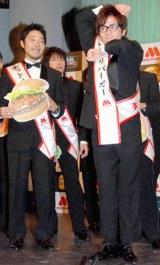 モスバーガー『MOS-1CUP2009』のキックオフ・イベントに参加した、オリエンタルラジオの(左から)中田敦彦、藤森慎吾 (C)ORICON DD inc.