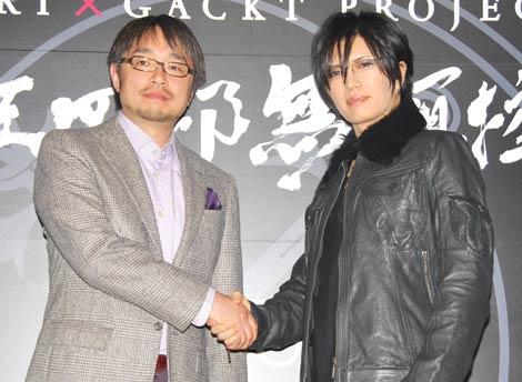 固い握手を交わす(左から)小山薫堂、GACKT (C)ORICON DD inc.