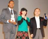 ソフトバンクモバイル新商品発表会に参加した、(左から)ダンテ・カーヴァー、上戸彩、孫正義代表 (C)ORICON DD inc.