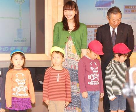 NTT東日本のCM発表会で、園児たちに「私ここでーす!」と自身の存在をアピールした新垣結衣 (C)ORICON DD inc.