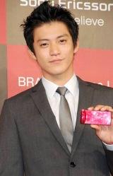 携帯電話『BRAVIA Phone U1』のCM発表会見に出席した小栗旬 (C)ORICON DD inc.