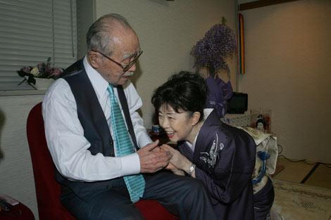 芸術座最終公演の『放浪記』楽屋を見舞った森繁さん(左)と、森光子