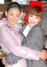『美シルエットコート』発表会で久々の共演を果たした、(左から)SHIHOとほしのあき (C)ORICON DD inc.