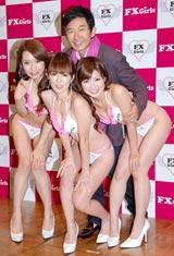 初心者向けFX(外国為替証拠金取引)の情報提供サイトのお披露目会見でFカップのバストを持つ水着美女ユニット「FX Girls」を囲み笑顔の石田純一