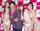 初心者向けFX(外国為替証拠金取引)の情報提供サイトのお披露目会見でFX Girlsに腕を組まれデレデレの石田純一