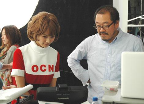 真剣な面持ちで撮影に臨む相武紗季/『OCN』新CMメイキングカット