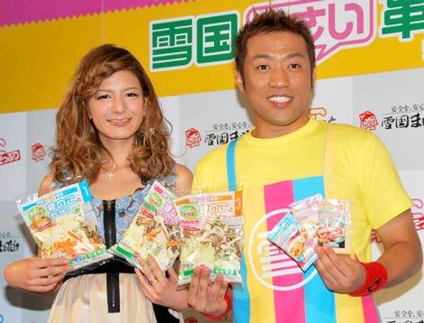 『雪国やさい革命』シリーズ新商品・CM発表会見に出席した、(左から)スザンヌとはなわ (C)ORICON DD inc.