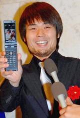 相方・庄司智春と藤本美貴夫妻の結婚披露宴で、撮影した2人の写メを公開する品川祐 (C)ORICON DD inc.