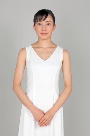 白いドレスの菅野美穂