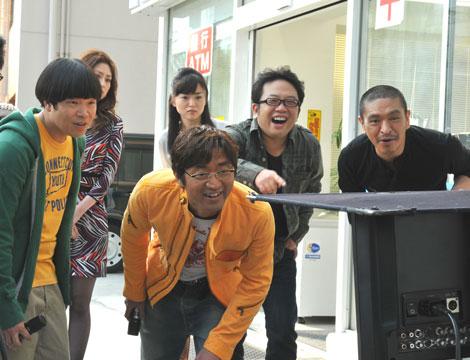 新CM撮影でモニターをチェックする(前列左から)蛍原徹、大竹一樹、天野ひろゆき、松本人志