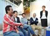 新CM撮影中に談笑する(左から)三村マサカズ、宮迫博之、浜田雅功、ウド鈴木、青木裕子アナウンサー