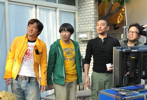 新CM撮影に臨む(左から)大竹一樹、蛍原徹、松本人志、天野ひろゆき
