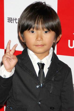 「こども店長」が『2009 ユーキャン新語・流行語大賞』にTOP10入りし、ピースサインで喜ぶ加藤清史郎 (C)ORICON DD inc.