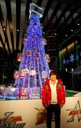 60体以上のガンダムのプラモデルを装飾したクリスマスツリー点灯式に出席した古谷徹 (C)創通・サンライズ (C)創通・サンライズ・毎日放送