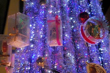 60体以上のガンダムのプラモデルを装飾したクリスマスツリーのアップ (C)創通・サンライズ (C)創通・サンライズ・毎日放送