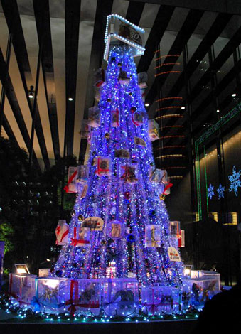 60体以上のガンプラを装飾した高さ約5mのクリスマスツリーが点灯【3日午後8時=東京・秋葉原UDXビル2F東側デッキ】 (C)創通・サンライズ (C)創通・サンライズ・毎日放送