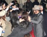 主演映画『パブリック・エネミーズ』のレッドカーペットイベントに集まったファンに丁寧に接していくジョニー・デップ (C)ORICON DD inc.