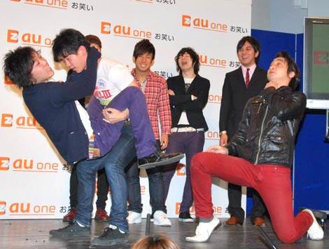 KDDIと吉本興業グループが共同運営する『au one お笑い』の新コンテンツ発表会見でネタ見せをするジャングルポケット (C)ORICON DD inc.