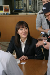 『ユーキャン』新CMに出演する貫地谷しほり/CMメイキングカット