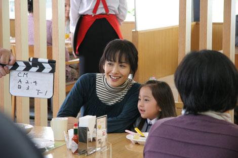 『ユーキャン』新CMに出演する富田靖子/CMメイキングカット