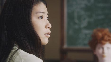 ふと、何か思いつく成海璃子/『クラレ』新CM