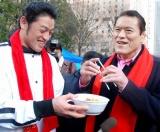 アントニオ猪木(右)が行った路上生活者向けの炊き出しには、芸人のアントキの猪木(左)も参加 (C)ORICON DD inc.