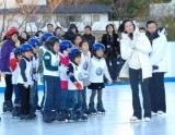『フォルクスワーゲン スケートリンク』オープニングセレモニーで子供たちにスケートを指導する荒川静香と浅田舞
