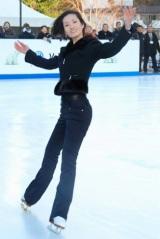 『フォルクスワーゲン スケートリンク』でスケーティングを披露した荒川静香
