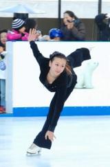 『フォルクスワーゲン スケートリンク』でスケーティングを披露した浅田舞