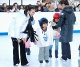 『フォルクスワーゲン スケートリンク』でスケートに挑戦する子供たち (C)ORICON DD inc.